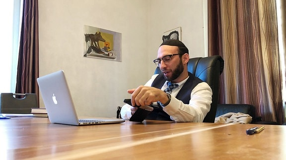 Rabbiner Akiva Weingarten im Alltag und bei der Arbeit