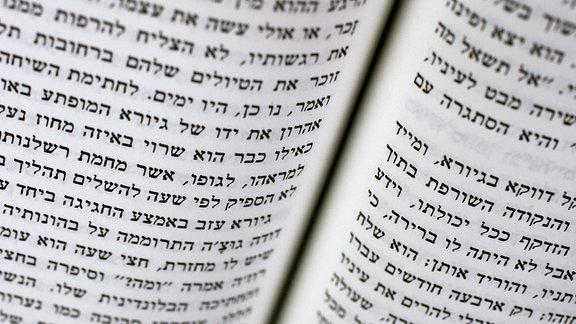 Buch in hebraeischer Schrift