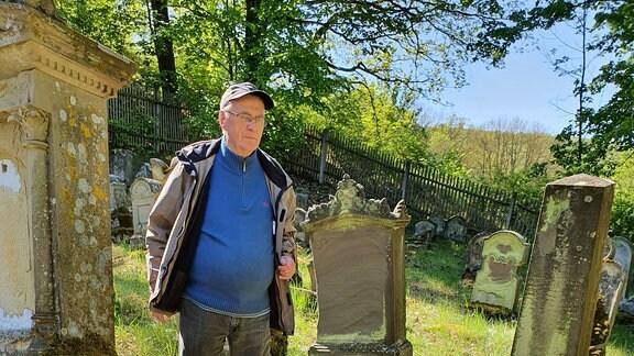 Ortschronist Eckard Witter auf dem Jüdischen Friedhof von Gleicherwiesen