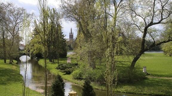 Wörlitzer Landschaftspark: Toleranzblick an der Goldenen Urne 1768, Synagoge 1791, Kirche 1809, Warnungsaltar 1800