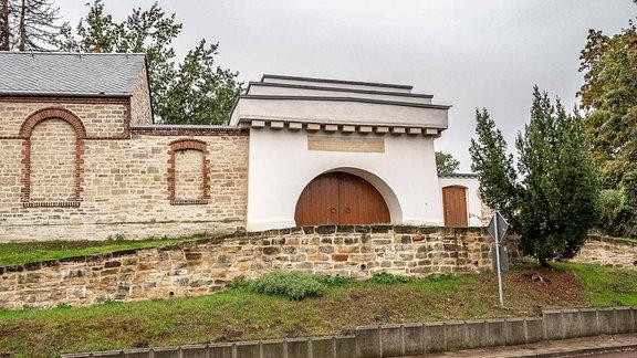 Eingangstor zum Jüdischen Friedhof am Rößeberg, erbaut 1826, in Bernburg