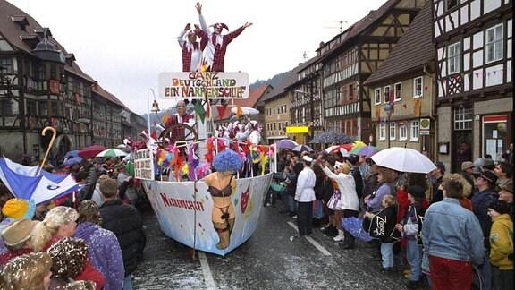 Schaulustige beim Festumzug zum Karneval in Wasungen