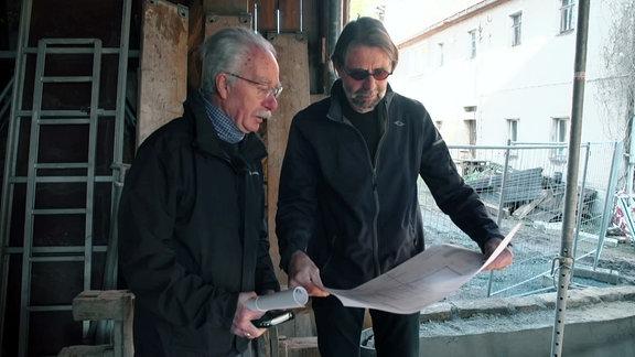 Zwei Männer auf einer Baustelle.