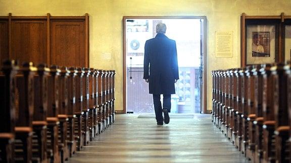 Ein Mann verlässt .2010 eine katholische Kirche.