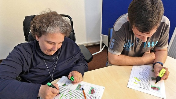 Testleser prüfen im Büro für Leichte Sprache in Bremen, ob Texte einfach und verständlich sind