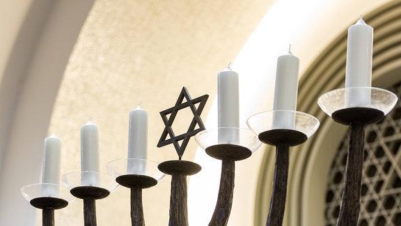 Menora, ein siebenarmiger Leuchter in der Synagoge in Koeln