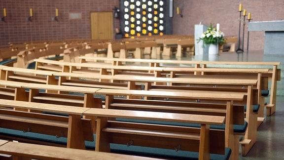 Leere Kirchenbänke in einer katholischen Kirche