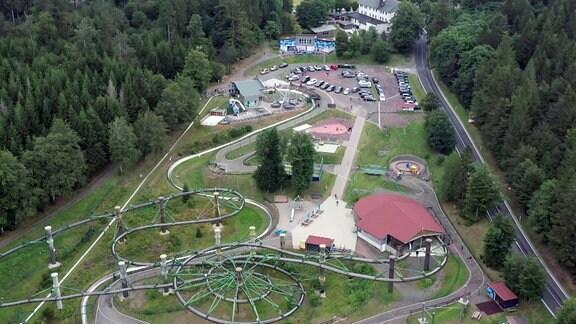 Drohnenaufnahme eines kleinen Freizeitparks.