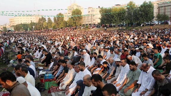 Muslime beten im Gazastreifen.