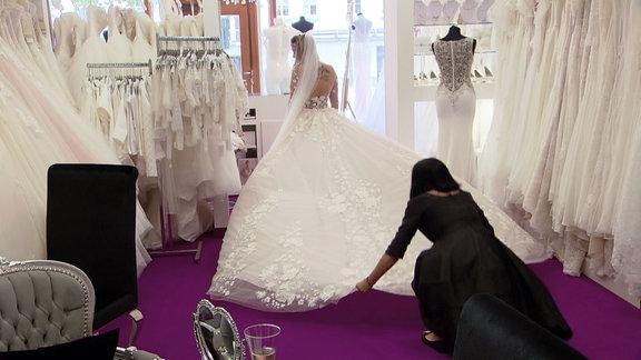Frau im Brautkleid bei der Anprobe.