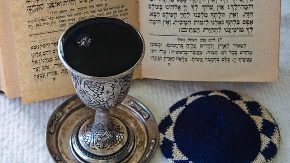 Sabbatwein und Gebetbuch