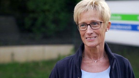Eine Frau schaut lächelnd.