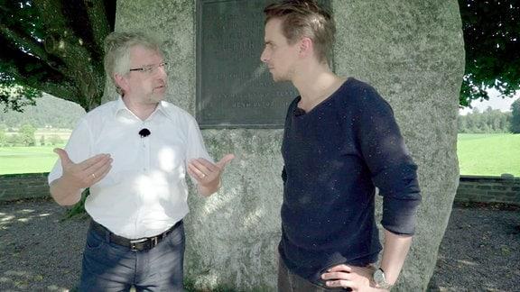 Markus Sahli und Julian Sengelmann vor einem DEnkmal zum Zweiten Kappeler Krieg