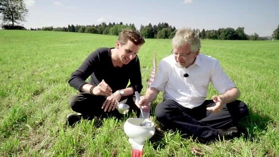Julian Sengelmann und Markus Sahli mit Suppenterrine auf der Wiese