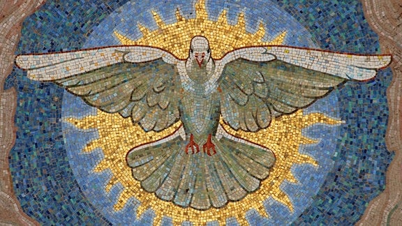 Ausschnitt eines Mosaiks im Portal des Berliner Doms mit Darstellung einer Taube als Symol des Heiligen Geistes (