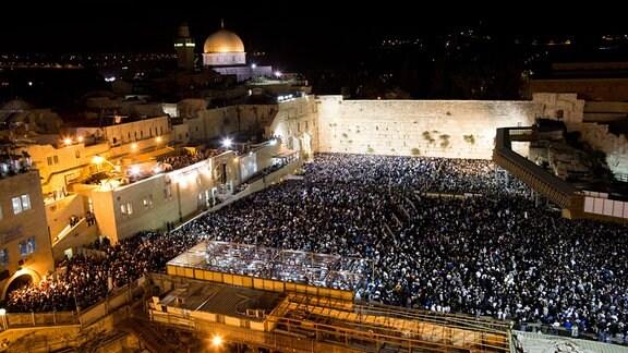 Zehntausende Israelis nehmen am Selichot-Gebet anlässlich des Yom Kippur in Jerusalem teil.