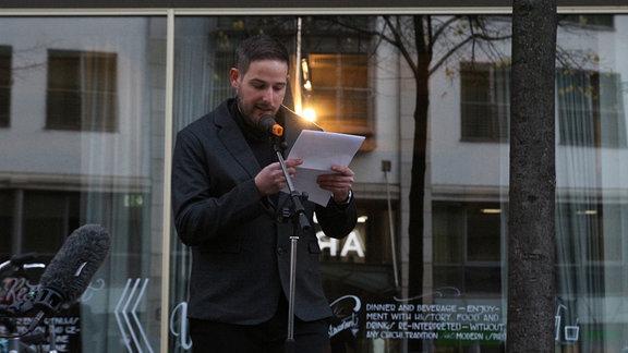 Yuval Rubovitch hält eine Rede bei der Gedenktafeleinweihung für die Familie Rother