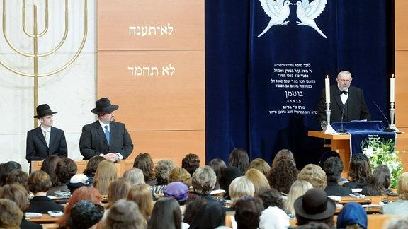 Rabbiner Shimon Langnas (re.) spricht anlässlich der Ordination von Rabbiner Zsolt Balla (li.) und Avraham Radbil (2.v.li.) in der Synagoge München