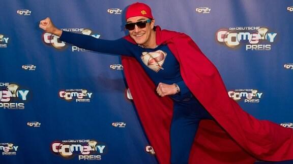 Matze Knop im Superheldenkostüm