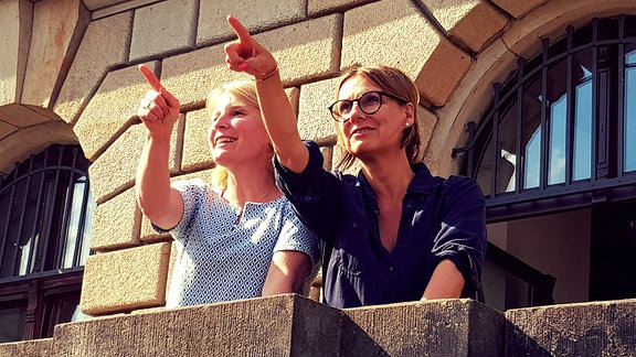 Kim Fisher & Susann Link stehen auf einem Balkon