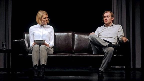 Schauspieler Samuel Koch während einer szenischen Lesung mit seiner Ehefrau Schauspielerin Sarah Elena Timpe aus Damit wir uns nicht verlieren am 11.02.2017 in Ludwigshafen.