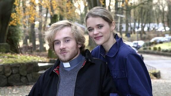 Samuel Koch mit Gattin Sarah Elena Timpe beim Fototermin am Set der ARD TV-Serie Großstadtrevier in der Evangelisch-lutherische Kirchengemeinde Sinstorf.