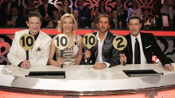 V.l.n.r.:  Michael Hull, Sängerin Ute Lemper, Markus Schöffl (alle GER) und Joachim Llambi (GBR) bei der Punktevergabe anlässlich der RTL Show - Lets Dance - in Köln