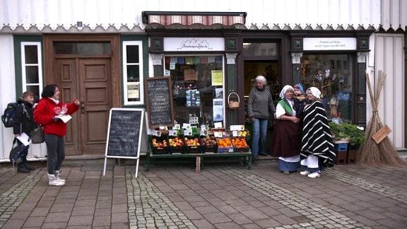 Obstkörbe vor einem kleinen Laden