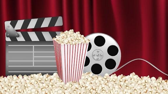 vor einem Vorhang stehen eine Filmklappe, eine Filmrolle und eine Tüte Popcorn