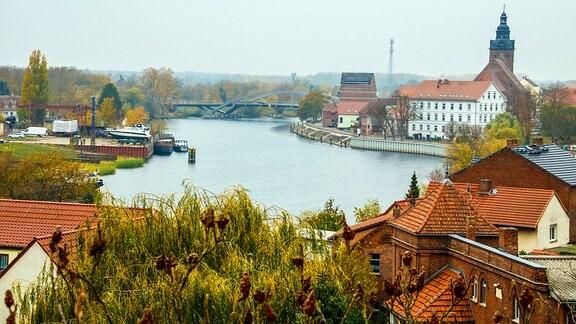 Havelberg: Blick auf die Havel und die Altstadt mit der Stadtkirche St. Laurentius