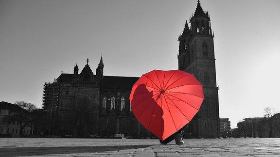 Rotes Regenschirm-Herz vor Magdeburger Dom