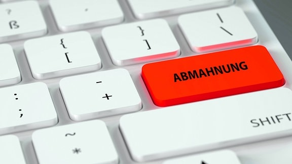 Computertastatur mit der roten Sondertaste Abmahnung