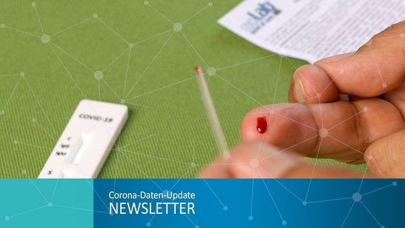 Ein Mann benutzt den COVID-19 Antikörper-Testkit zum Eigentest im Privat-Einsatz am Küchentisch, mit der sterilen Einwegkapillare saugt er den Bluttropfen von seinem Mittelfinger für den Teststreifen.