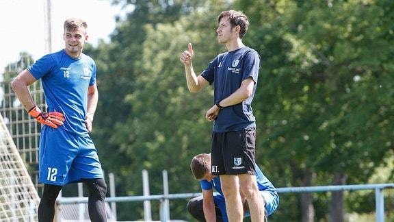 Morten Behrens (Magdeburg, 12), Torwarttrainer Matthias Tischer