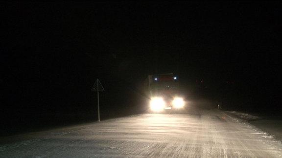 Auto auf schneeglatter Straße