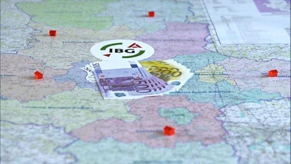 Geld und IBG-Logo auf einer Karte