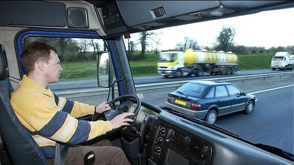 LKW-Fahrer hinterm Steuern