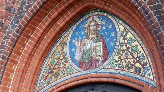 Christus-Ikone am Eingang zur Kirche