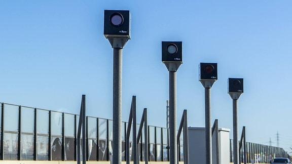 Radarfallen - Blitzer - auf der Autobahnbrücke A1 Leverkusen.