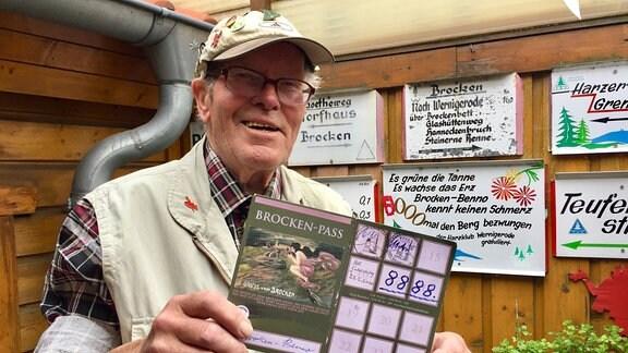 Brocken-Benno zeigt eine Karte, auf der die Zahl 8.888 steht.