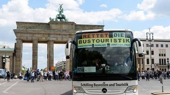 Mit einer Kundgebung am Brandenburger Tor und einem Buskorso protestieren Mitarbeiter von Reisebüros und Busunternehmen für staatliche Hilfen zum Erhalt der Arbeitsplätze.