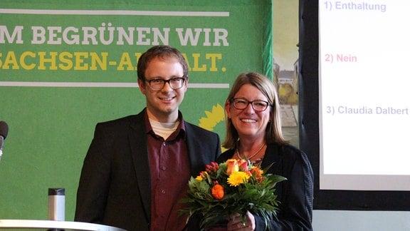 Grünen-Fraktionschefin Claudia Dalbert bekommt einen Blumenstrauße überreicht