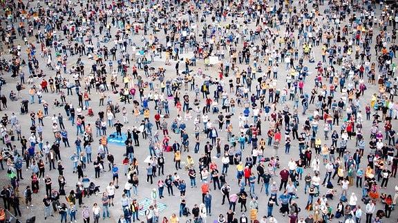 Querdenken Demo auf dem Canstatter Wasen - Tausende Menschen besuchen die Veranstaltung