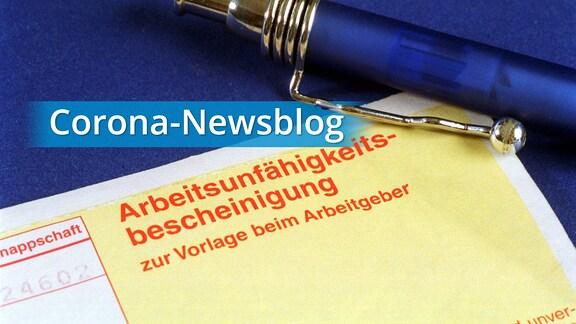 """Arbeitsunfähigkeitsbescheinigung mit Kugelschreiber, dazu das """"Corona-Newsblog""""-Logo."""