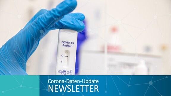 Eine Pflegekraft hält einen negativen Corona-Schnelltest in der Hand Symbolbild Corona-Schnelltest
