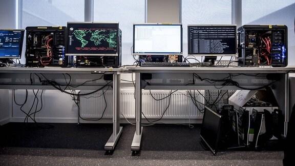 Rechner und Monitore auf zwei Tischen