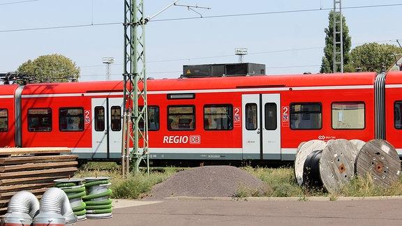 eine rote S-Bahn auf einem Werksgelände