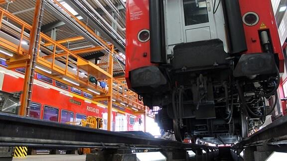 Blick unter einen roten Doppelstockwagen