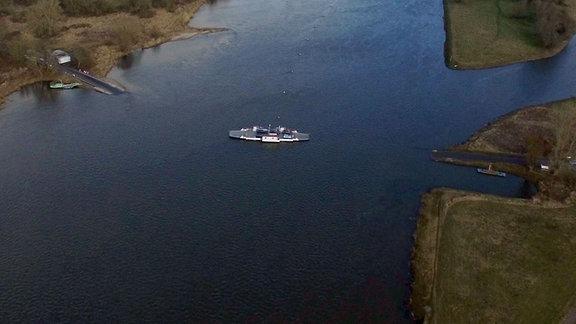 Luftaufnahme der Elbe bei Aken mit übersetzender Autofähre.