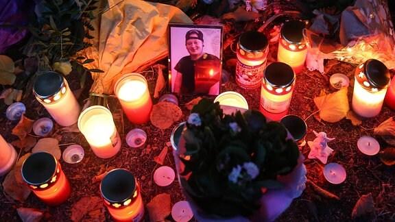 Foto vom Opfer am Tatort in Köthen mit Blumen und Kerzen